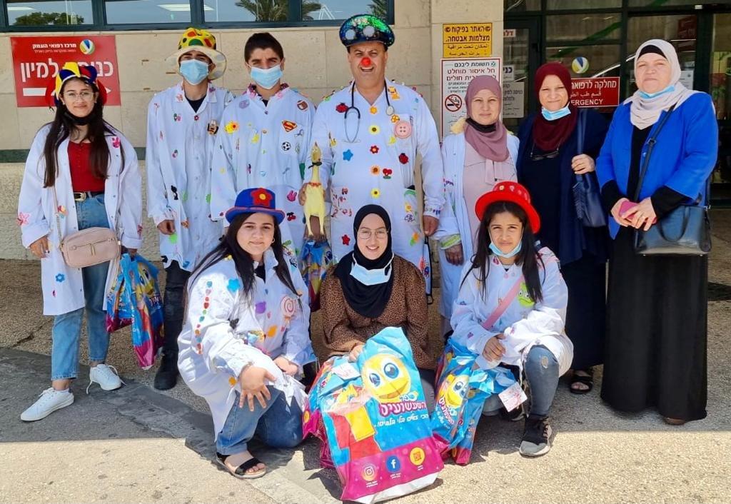 عشية عيد الأضحى المبارك : مجموعة التهريج الطبي دبورية توزع الهدايا على الأطفال المرضى-0
