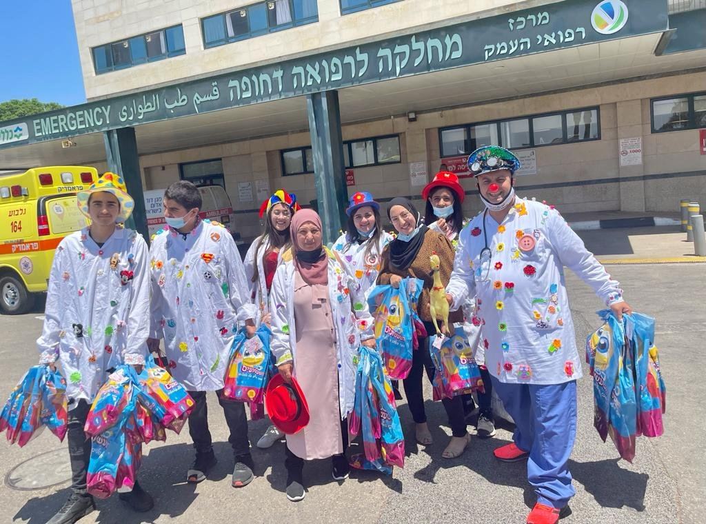عشية عيد الأضحى المبارك : مجموعة التهريج الطبي دبورية توزع الهدايا على الأطفال المرضى-1