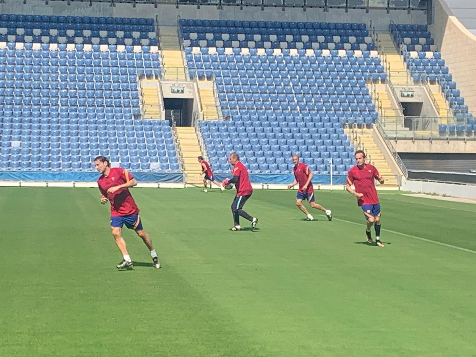 فريق برشلونة يبدأ تدريباته في بيتح تكفا-0