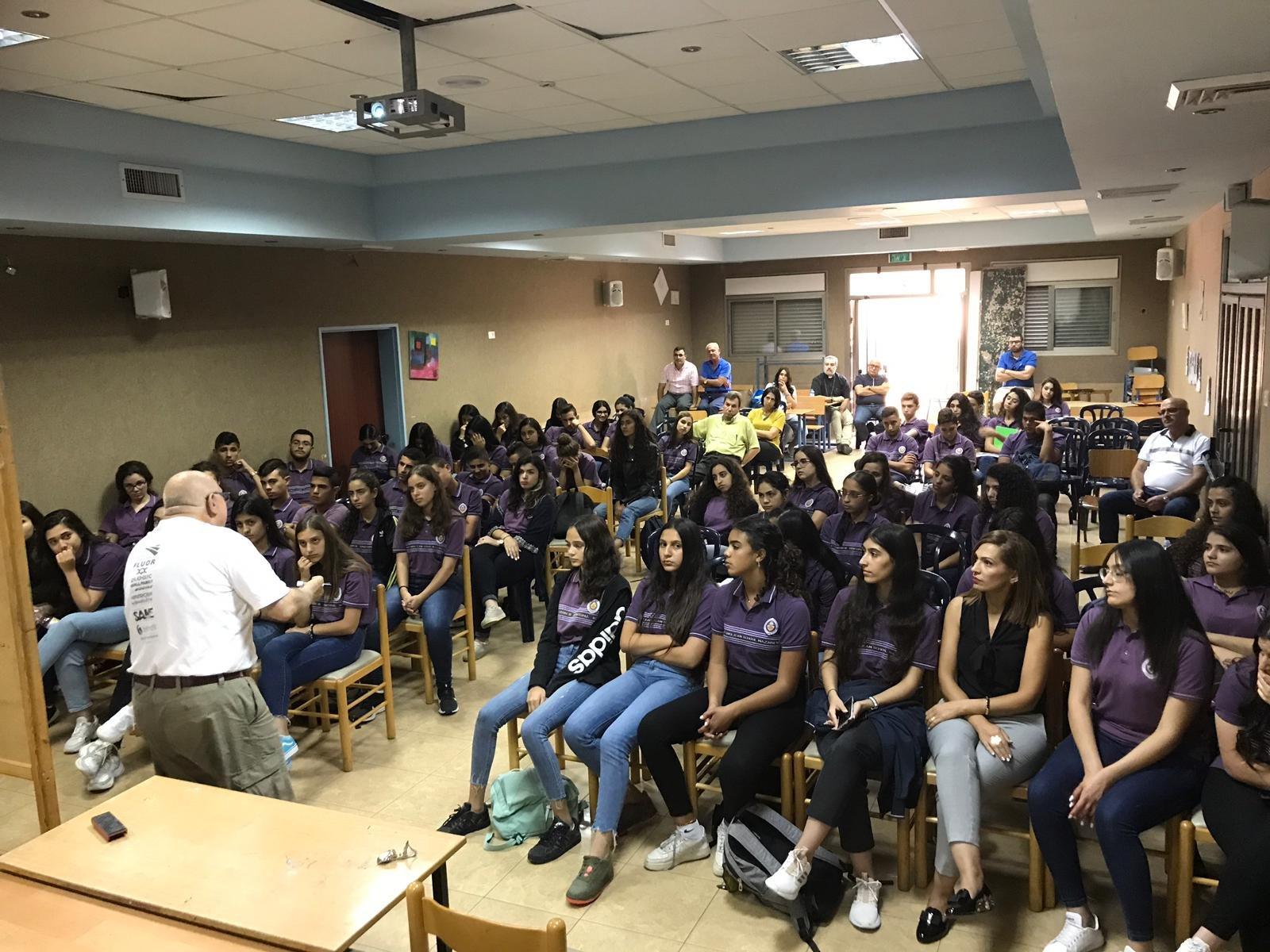 البروفسور ادريس تيتي يلتقي طلاب مدرسة المسيح الانجيلية
