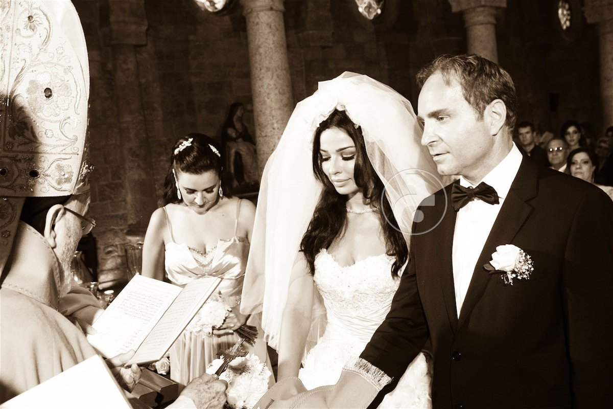 تستعرض حملها وفستان زفافها... صور لنادين نجيم تنشر للمرة الأولى!