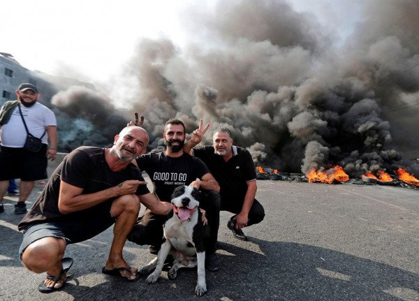 احتجاجات لبنان تتحول لفرصة لالتقاط الصور مع النيران المشتعلة