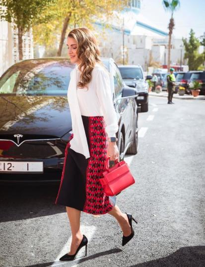 إطلالات محتشمة وراقية بالتنورة من الملكة رانيا