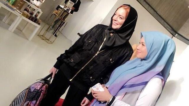 مجددًا ليندسي لوهان بالحجاب