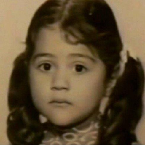 هذه الطفلة أصبحت فنانة عربية شهيرة... فمن هي؟
