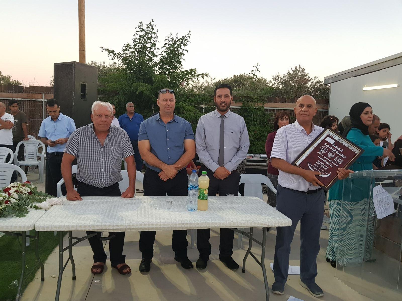 بالصور: الشبلي أم الغنم تحتفل بتخريج فوج من المدرسة الثانوية