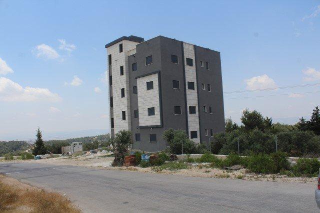تفاقم الازمة النصراوية، وحدات سكنية جديدة على مساحة محدودة، مصادرة أراضي خاصة واقتلاع اخر متنفس اخضر في المدينة!