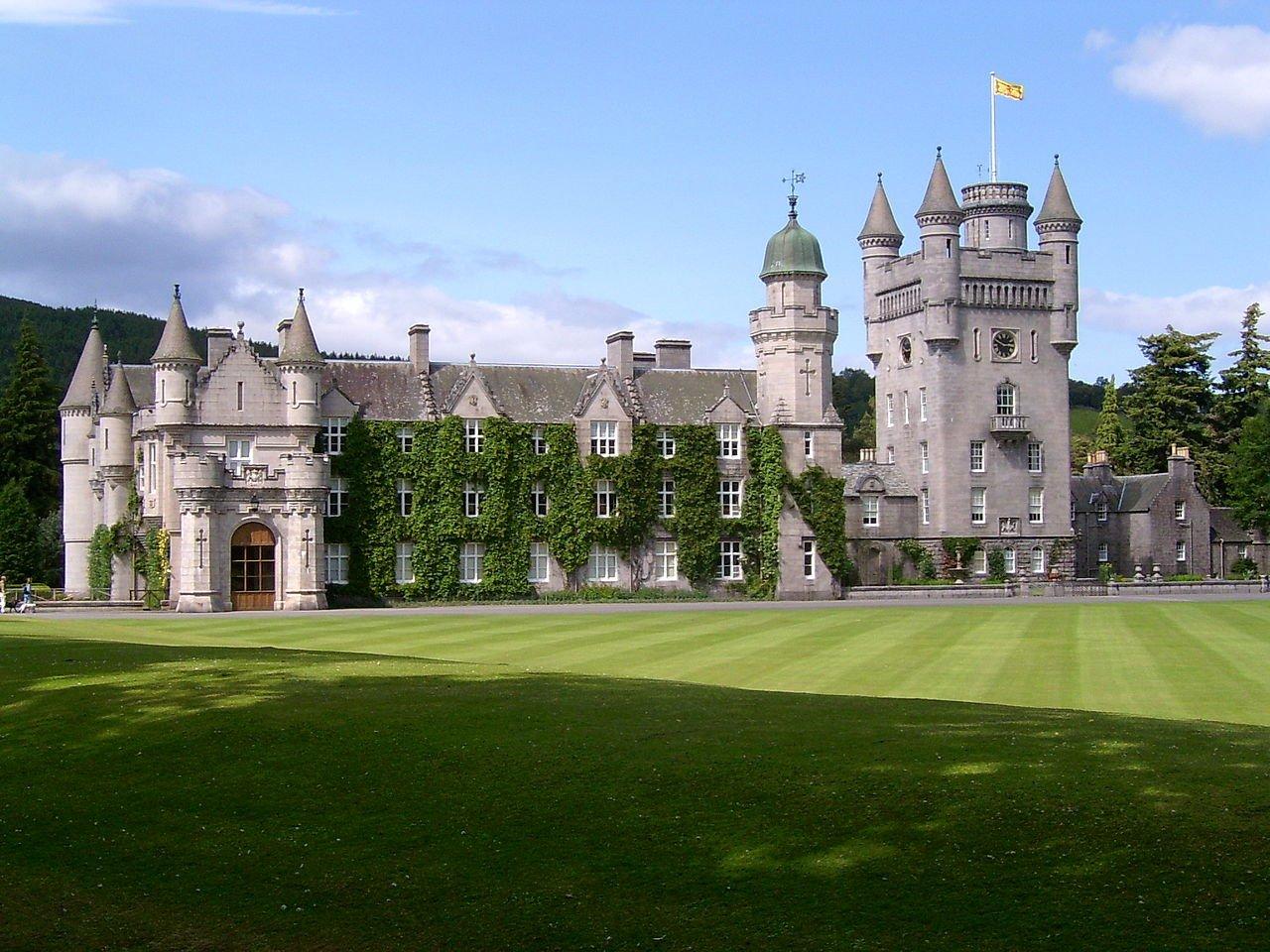 الملكة إليزابيث تقضي عطلتها في قلعة مليئة بالخفافيش