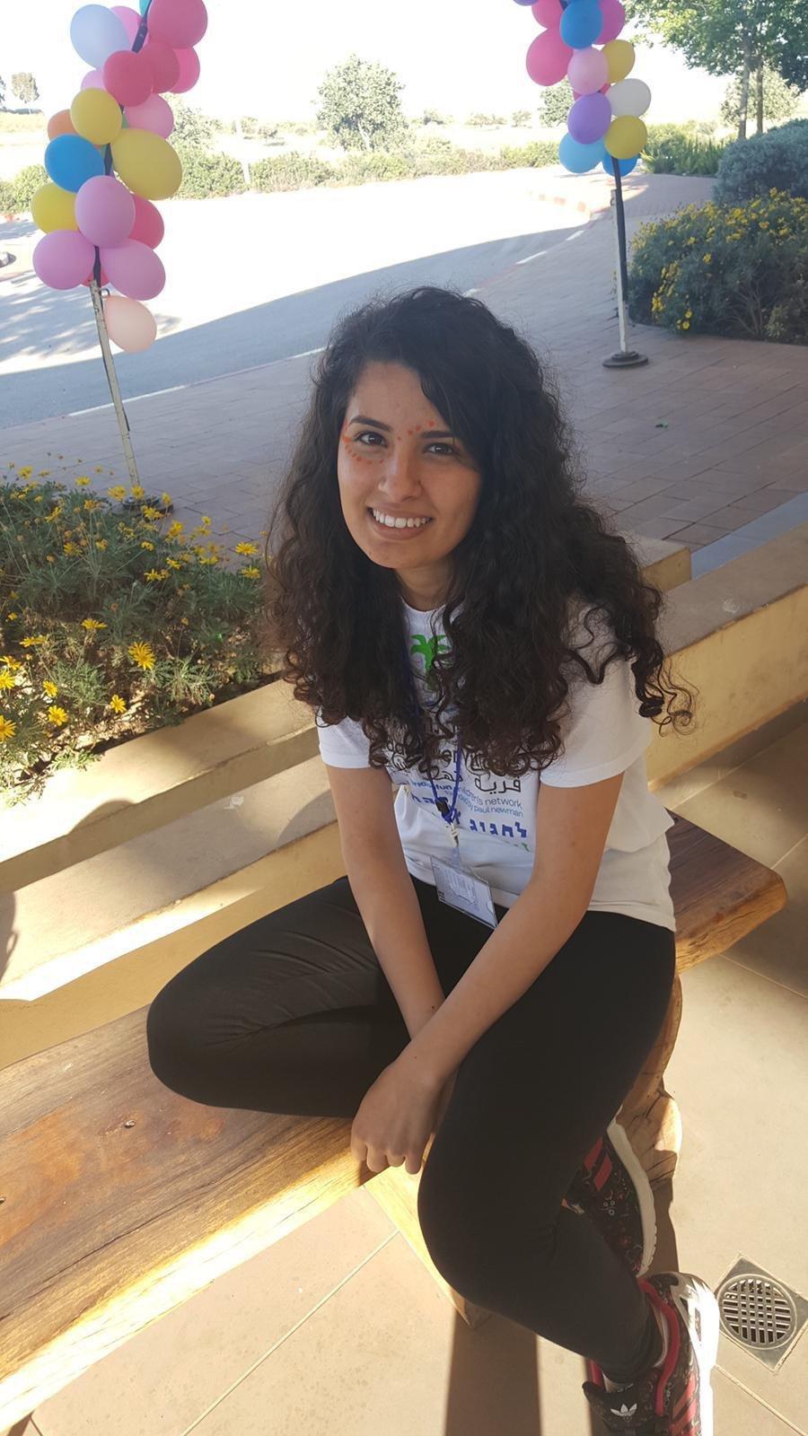 آية نعامنة طالبة متفوقة سخرت عطاءها لخدمة المجتمع ومحبة الحياة