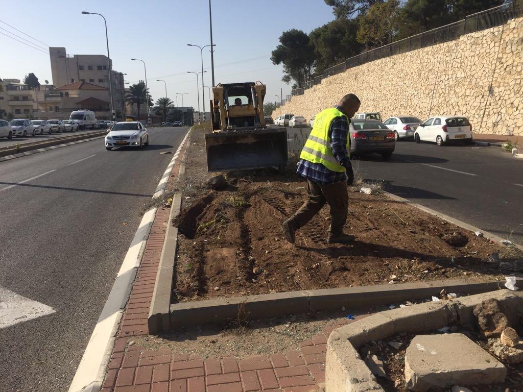 قسم الصيانة يقوم بأعمال بستنه وتنظيف في الشوارع والمرافق-3