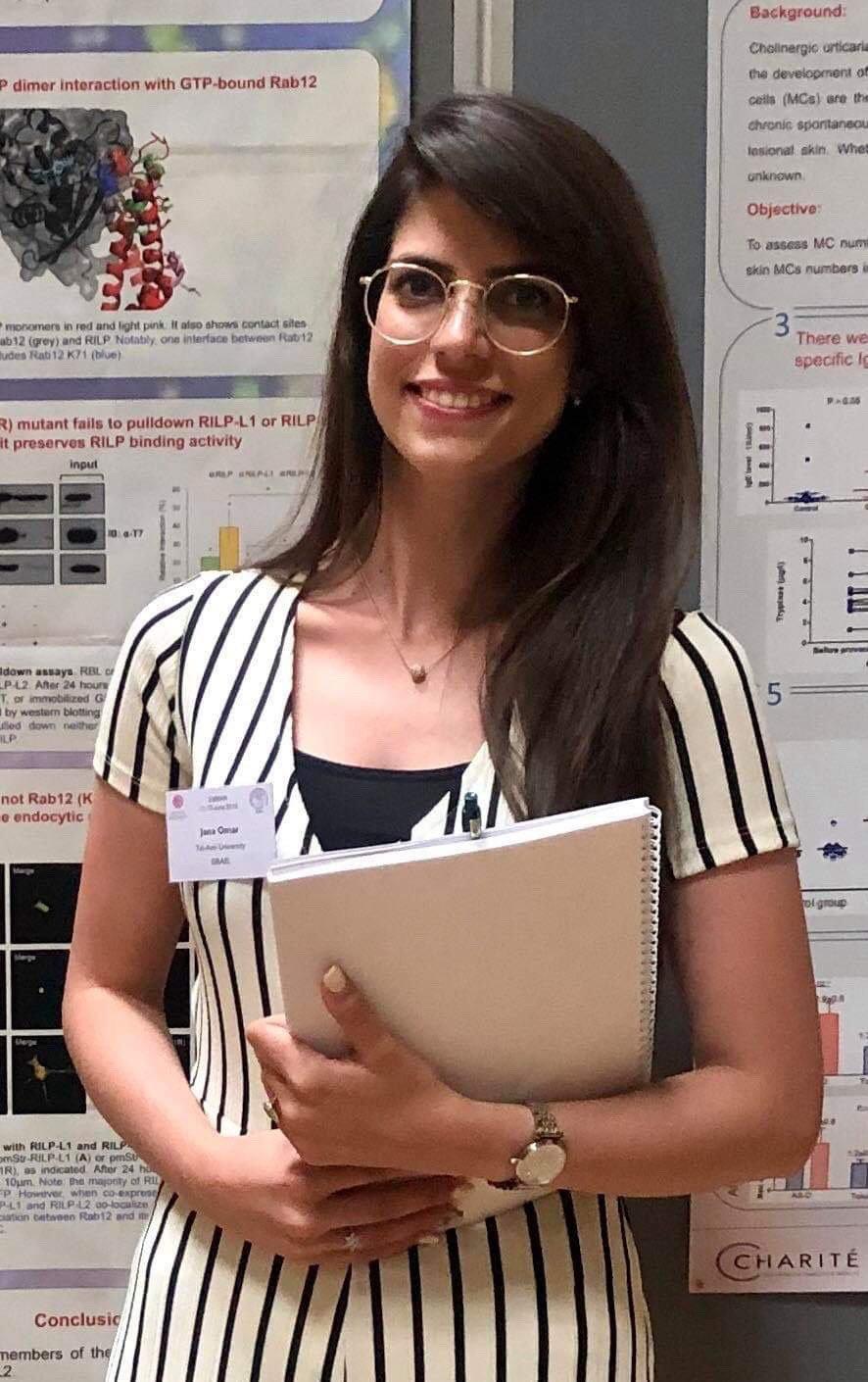 جنى عمر.. عشرينية تجري بحث الدكتوراة حول مسببات الحساسية