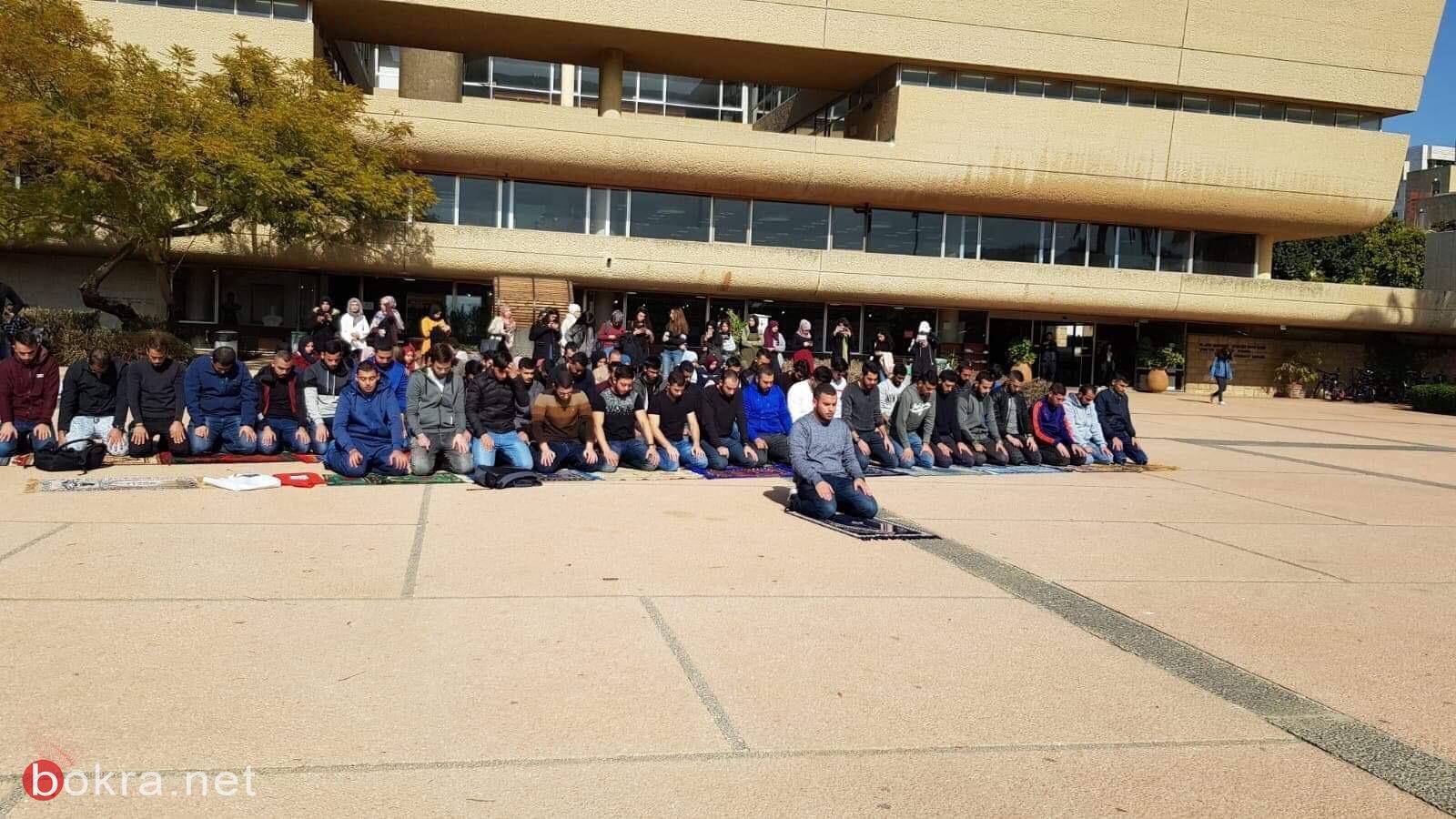 صلاة جماعة في باحة جامعة تلّ أبيب احتجاجاً على إغلاق المصلّى .. وإدارة الجامعة تعقب