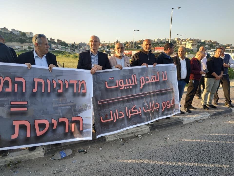 كفر قرع: وقفة احتجاجية مندّدة في هدم البيوت
