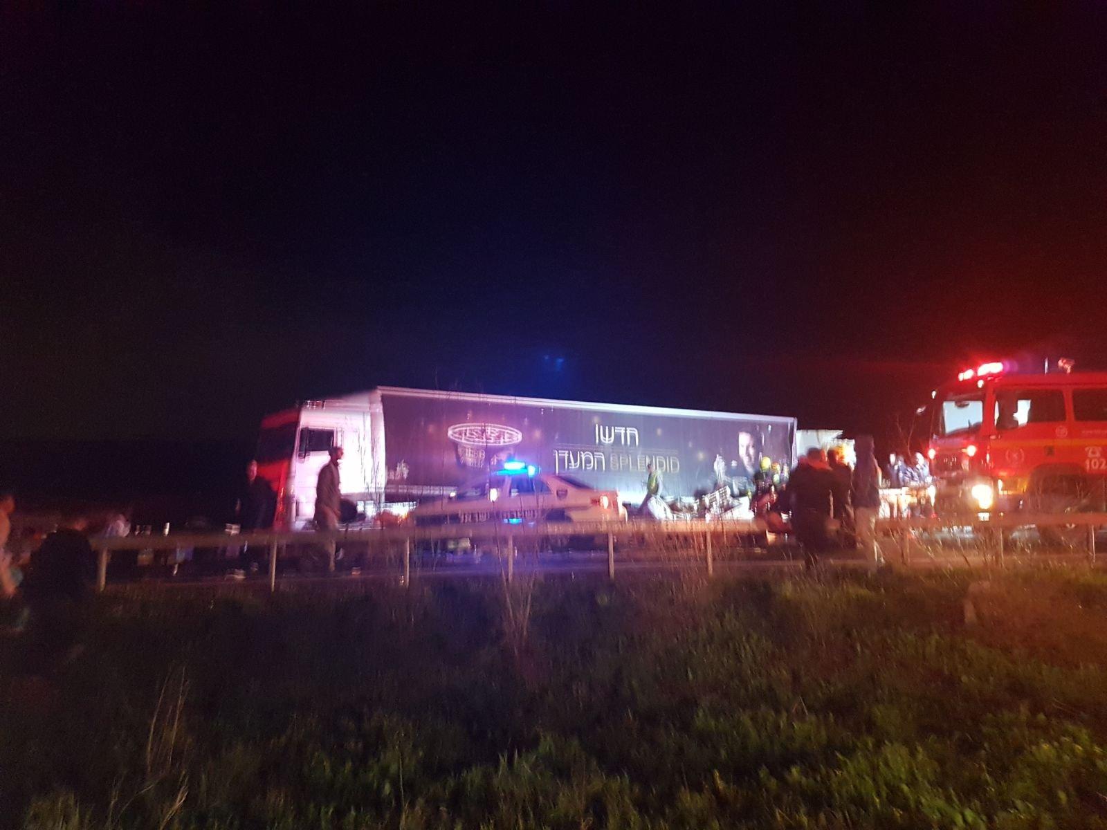 """حادث طرق مروع بين شاحنتين على شارع 6 قرب """"عين توت"""" وإصابة خطيرة لسائق-0"""