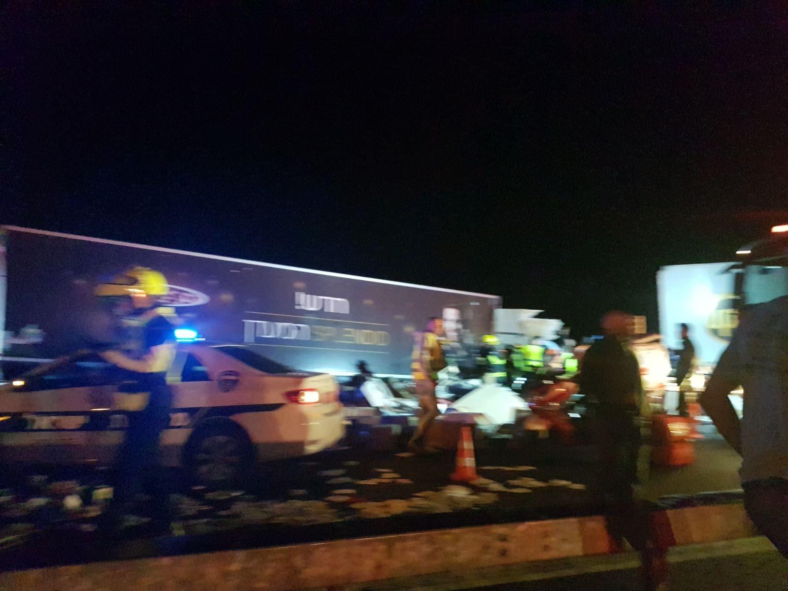 """حادث طرق مروع بين شاحنتين على شارع 6 قرب """"عين توت"""" وإصابة خطيرة لسائق-1"""