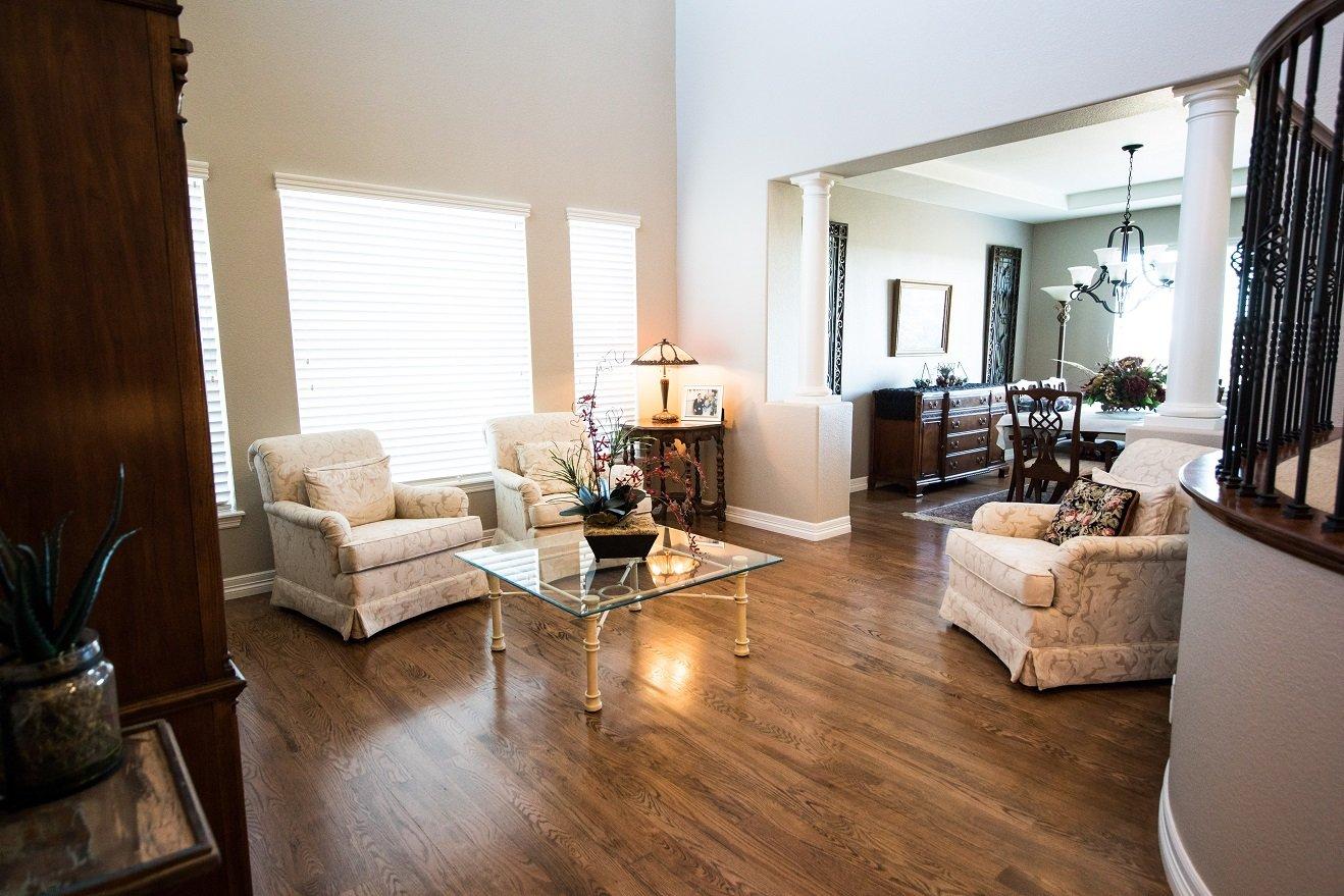 أفكار لتزيين طاولات غرف الضيوف