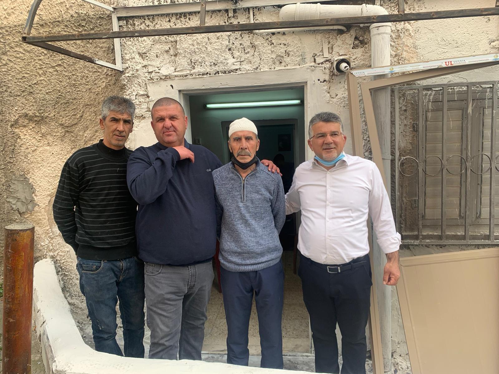 النائب يوسف جبارين يزور بيت والد رئيس البلدية عقب جريمة الاعتداء