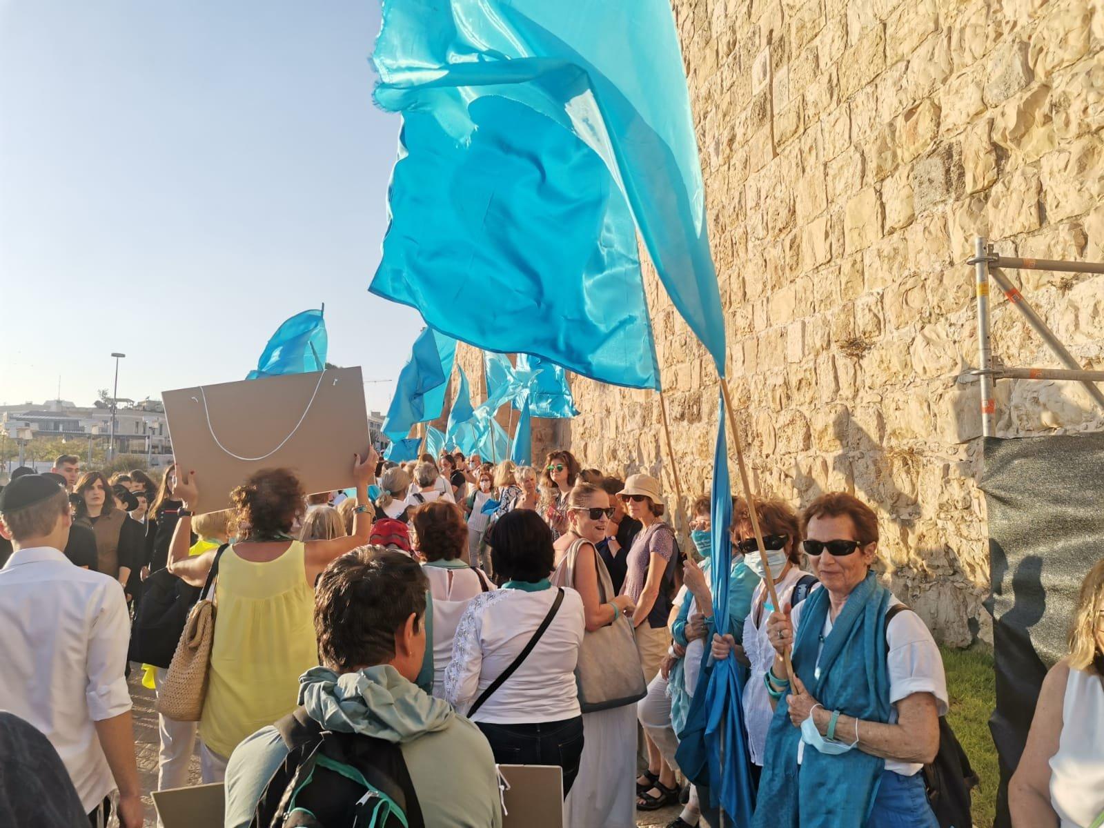 """""""نساء يصنعن السلام """" ينظمن سلسلة بشرية لتحقيق السلام بين الشعبين-0"""