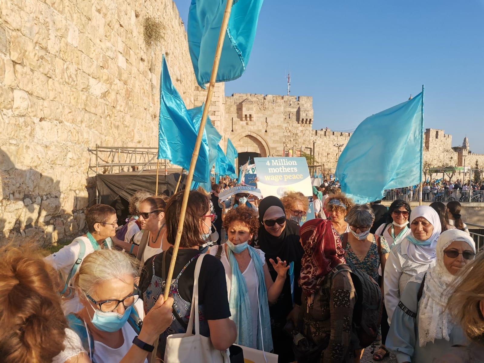 """""""نساء يصنعن السلام """" ينظمن سلسلة بشرية لتحقيق السلام بين الشعبين-2"""