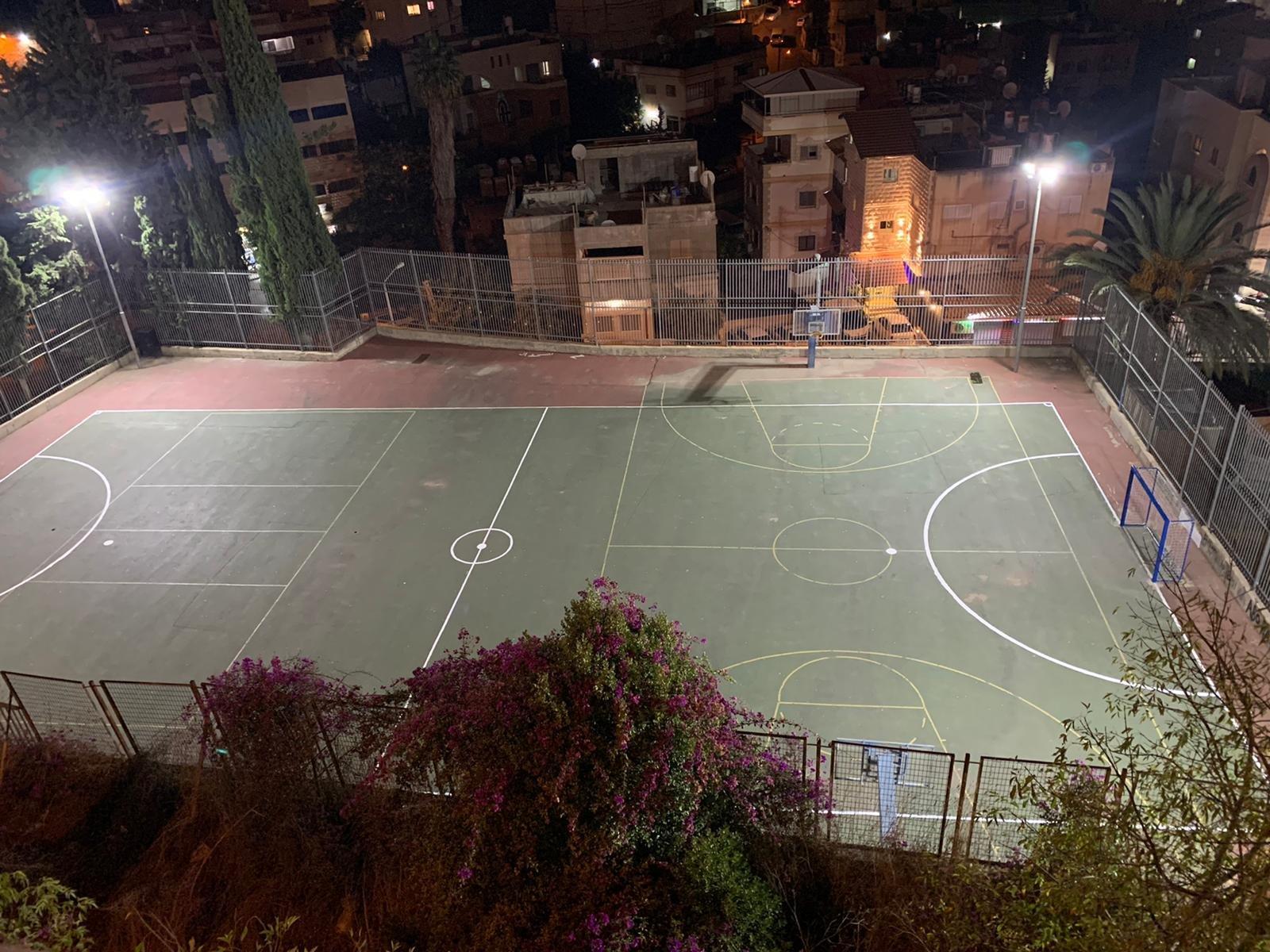 الناصرة:عضو بلدية الناصرة فراس حمدان يضيء ملعب نادي المجد على نفقته الخاصة