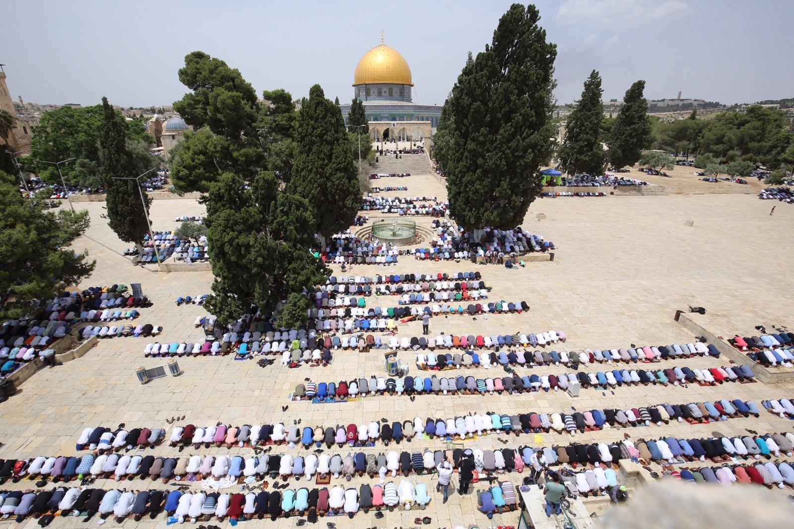 القدس: اكثر من 100 الف مصل يؤدون الجمعة الثالثة من رمضان في الاقصى