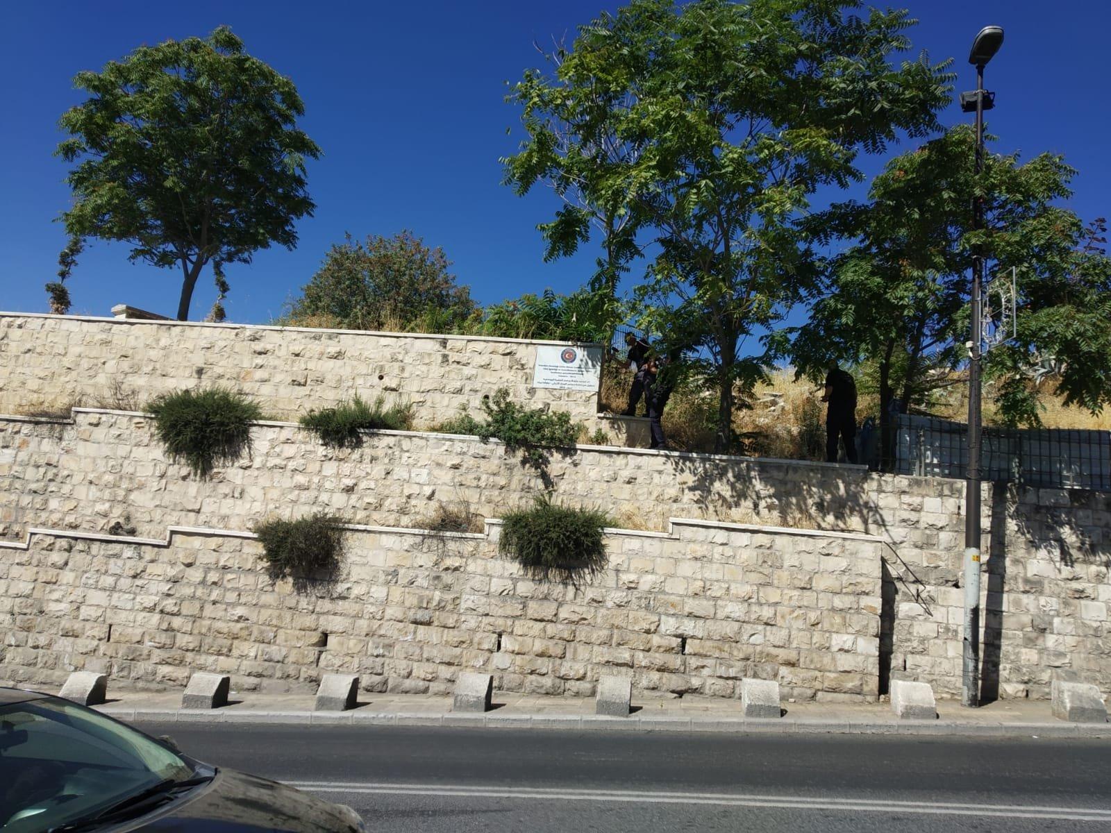 بلدية القدس تزيل لوحات تحمل علم تركيا عن مقبرة اليوسفية