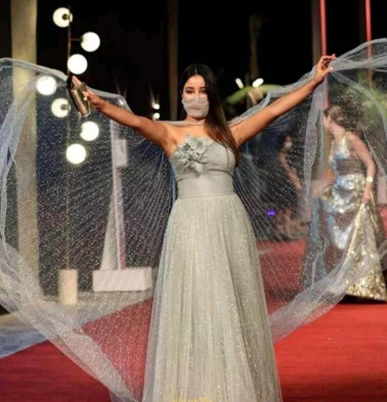 بأناقة ورقة.. الكمامة تسجل حضورها الأول في حفل مهرجان الجونة