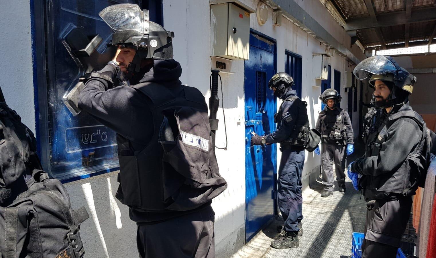 حملة تفتيشات موسعة في السجون الإسرائيلية