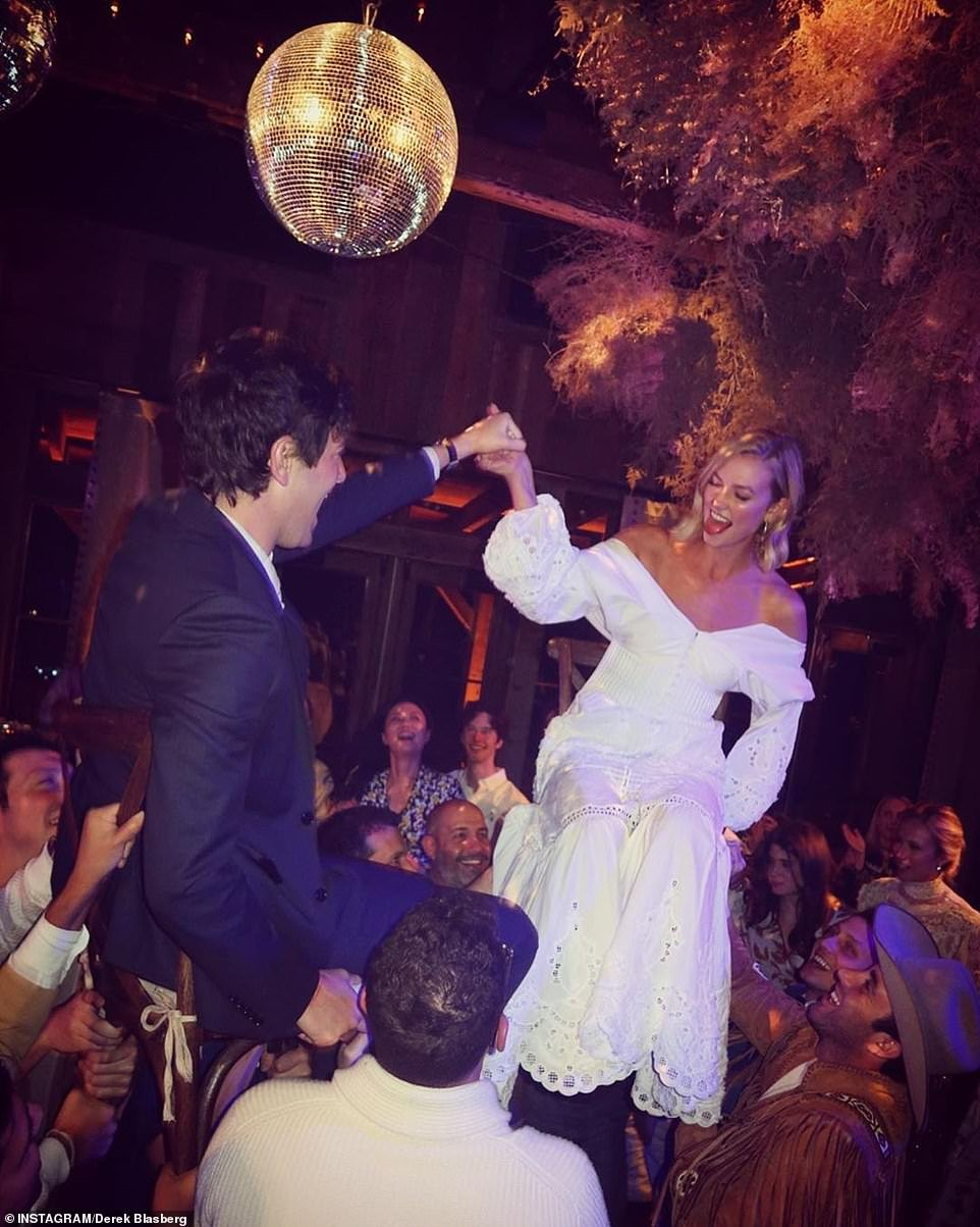 الأمير حسين في زفاف كارلي كلوس بـالبشت.. وشقيقته سلمى بستايل فتاة الكابوي!