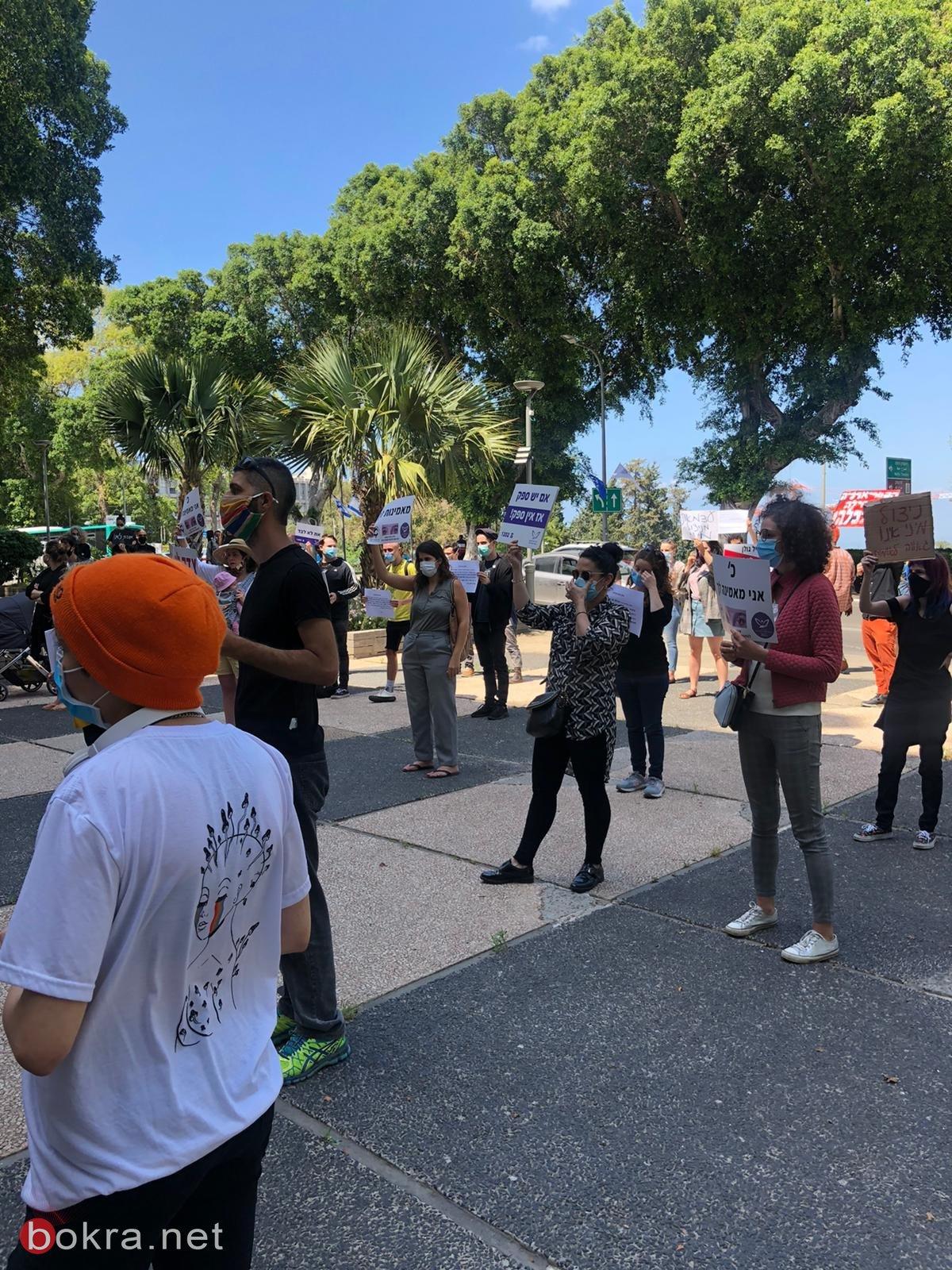 نشطاء يصرخون في حيفا ضد حفل أيال جولان... نرفض استقبال ودعم متحرش جنسي