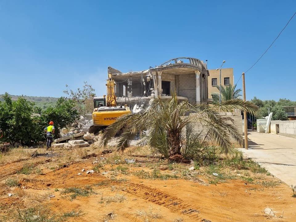 الطيبة: لتوفير غرامات الهدم... المواطن نبيل عمرور يقوم بهدم منزله-0