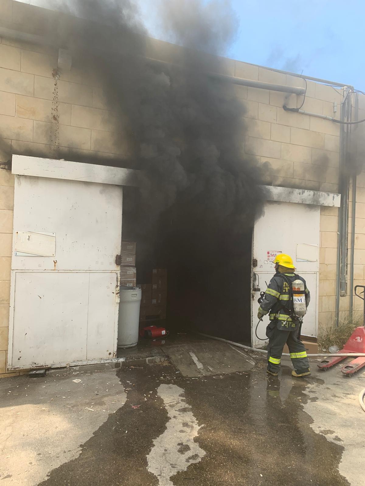حيفا: نشوب حريق داخل مخزن للكرتون