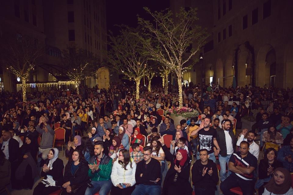 قصائد الشاعر هشام الجخ تصدح في روابي وسط حضور فلسطيني مهيب