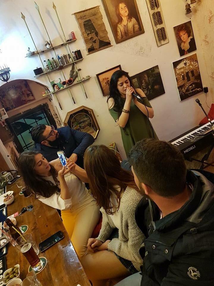 بدأت تسجل اغانيها بالهاتف، فتألقت.. الموهبة الشابة عدن واكيم تتحدث لـ
