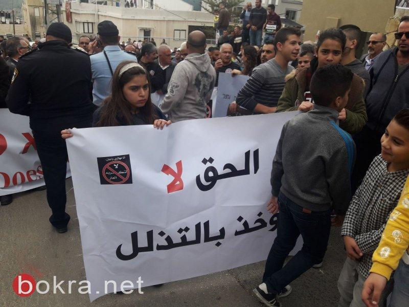 """نتنياهو في عين ماهل .. المجلس يستقبله والمئات في الخارج ينددون ويصيحون """"يا للعار""""-1"""