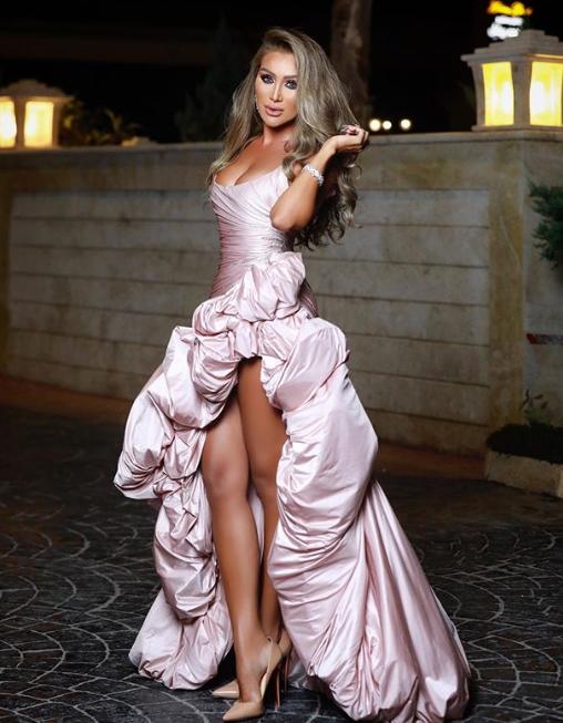 إطلالة مايا دياب في سوريا تثير الجدل.. فستان غريب وجريء شاهد واحكم