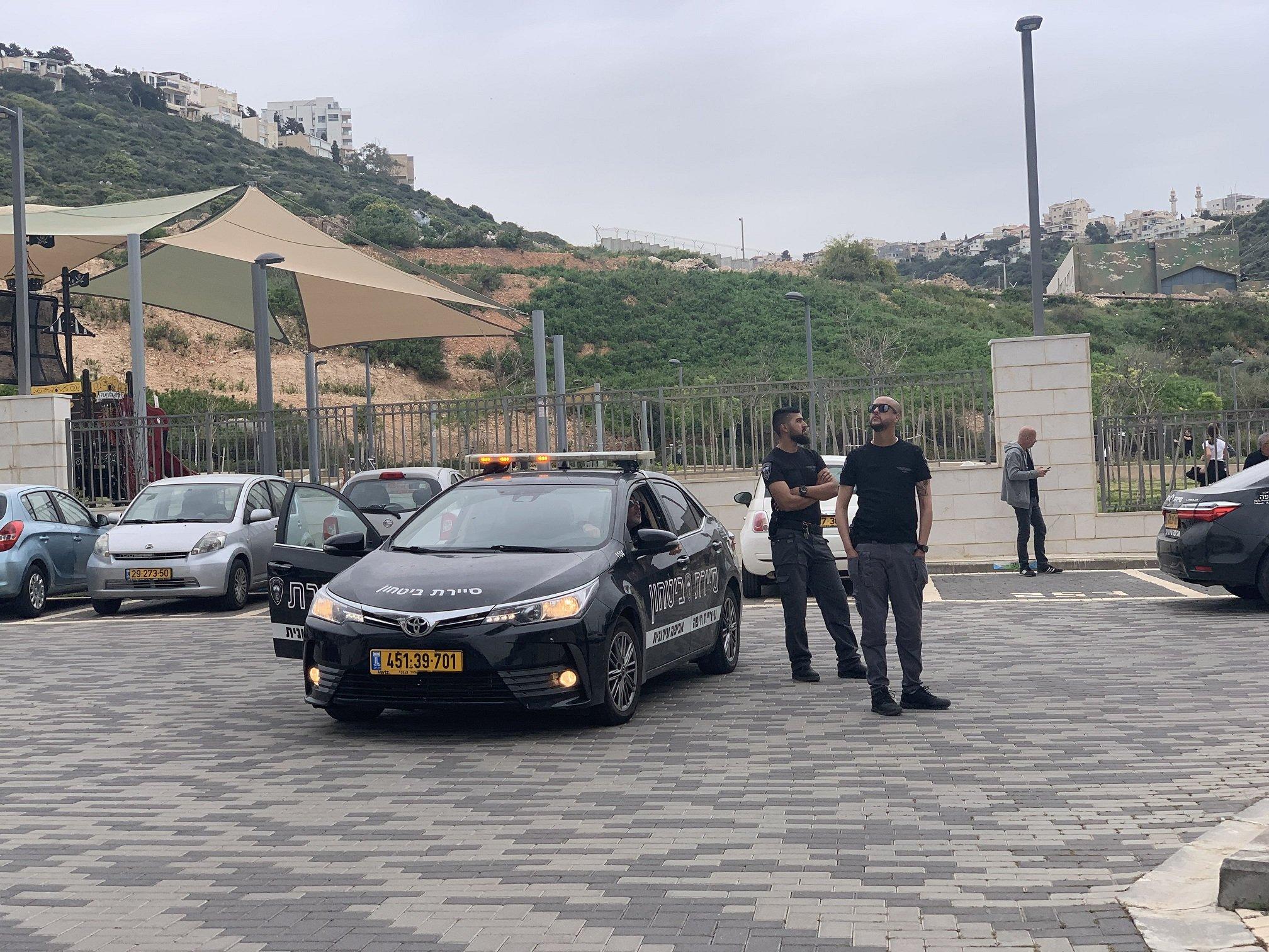 حيفا: سيارة متنقلة للبلدية تنظم احتفالات للسكان للتخفيف من أزمة الكورونا