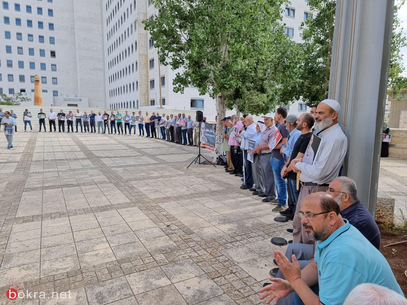 العشرات يتظاهرون امام محكمة الصلح والمحكمة تمدد اعتقال الشيخ كمال خطيب بيوم واحد-0