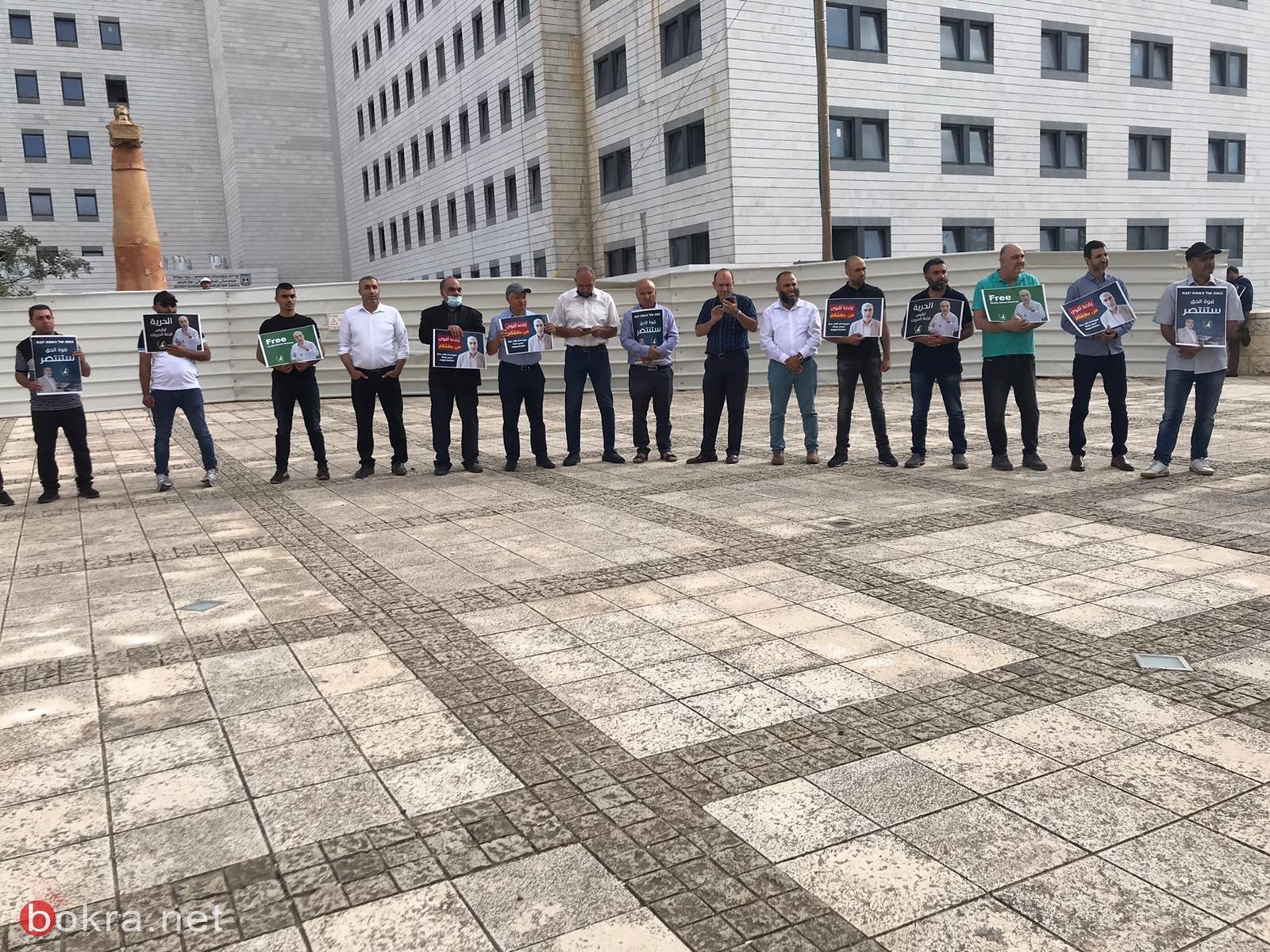 العشرات يتظاهرون امام محكمة الصلح والمحكمة تمدد اعتقال الشيخ كمال خطيب بيوم واحد-2