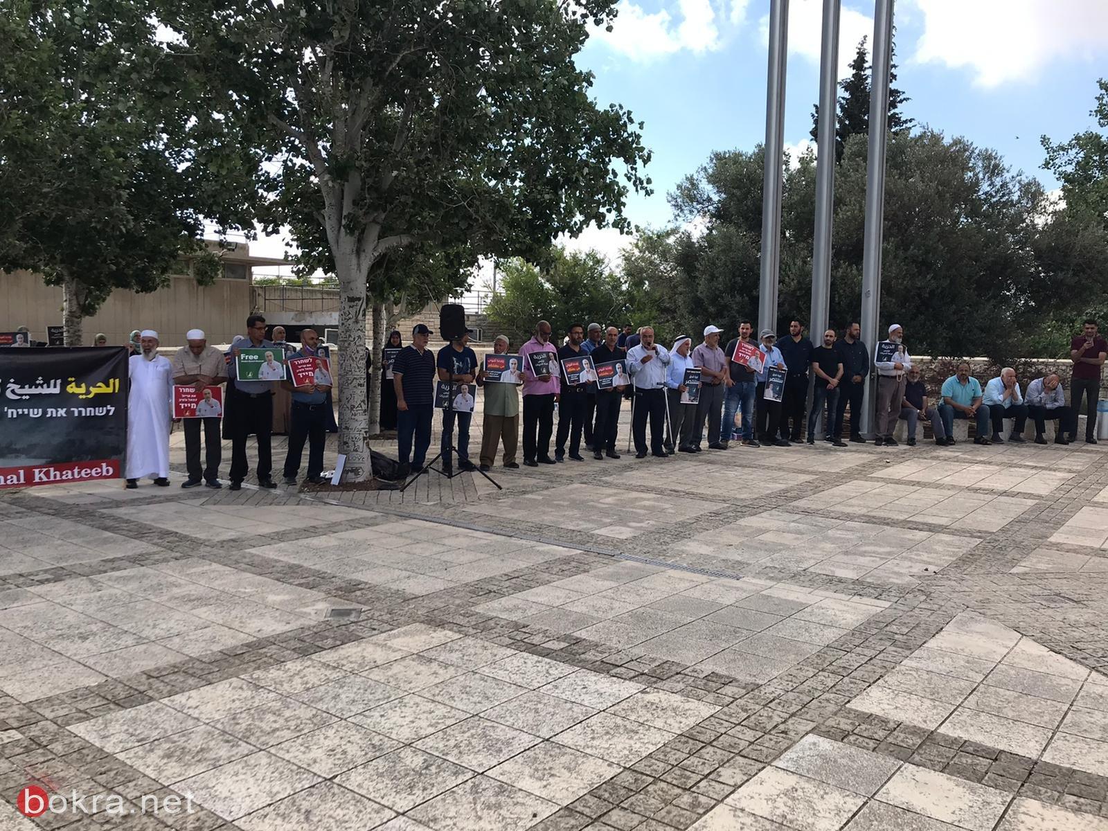 العشرات يتظاهرون امام محكمة الصلح والمحكمة تمدد اعتقال الشيخ كمال خطيب بيوم واحد-4