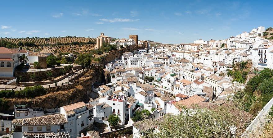 مدينة في اسبانيا تعيش تحت صخرة