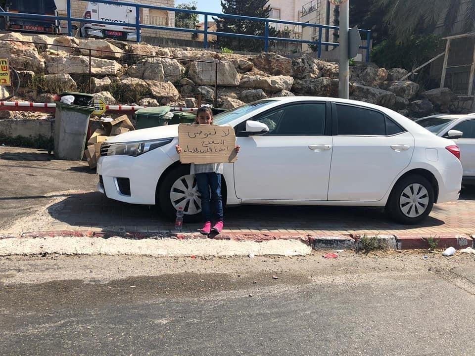 فحماوي وابنته يتظاهران مقابل الشرطة احتجاجا على العنف-0