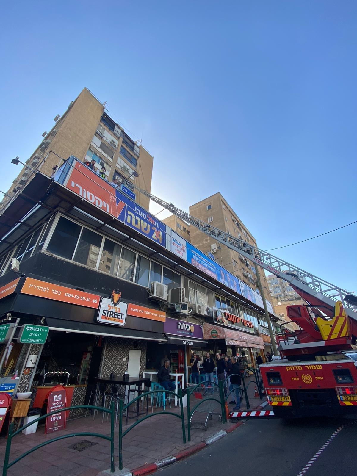 حريق هائل في بناية برمات غان وتخليص 14 عالقًا