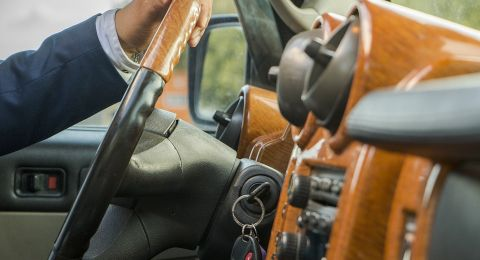 كشف العلاقة بين ثمن السيارة ومخالفات قواعد المرور