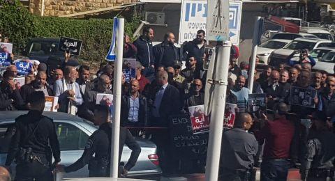 العشرات يتظاهرون أمام محكمة عكا تضامنًا مع آية خطيب