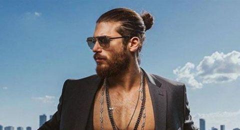 ممثل تركي يعتدي على معجبات وزميلة له.. إحداهن ضربته بفنجان القهوة!