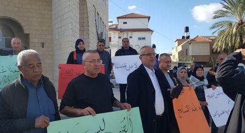 بعد اطلاق نار على منزل ومركبة رئيس بلدية قلنسوة .. إضراب ومظاهرة للموظفين