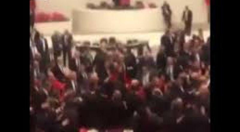بالفيديو..عراك في البرلمان التركي بين أعضاء الحزب الحاكم والمعارضة بسبب سوريا