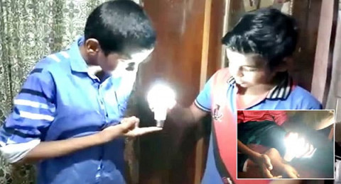 طفل هندي يضيء لمبة بأصابعه!