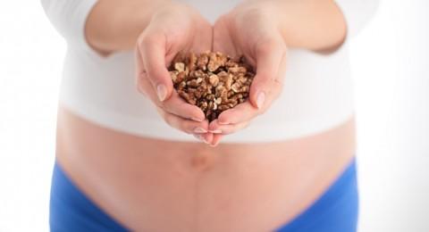 لهذه الأسباب تناولي الجوز خلال الحمل